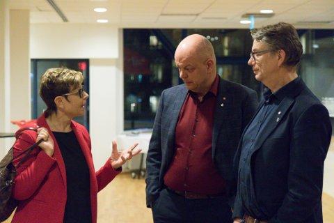KREVJANDE: – Denne saka er krevjande, sa  Anne Gine Hestetun, fylkesordførar og førstekandidat for Vestland Ap, til Hilmar Høl og Håkon Myrvang (t.h.). Ho slapp å ta stilling til det vanskelegaste punktet.
