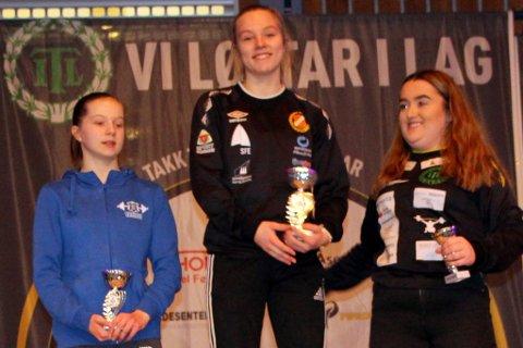 PREMIERT: Vinnarane i klassen Jenter ungdom. Julia Jordanger Loen tok bestemannspremien. Til høgre Carmen Grimseth.