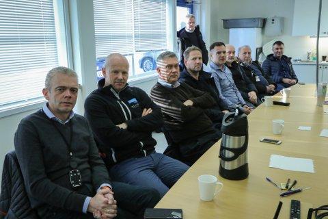 VART LYTTA TIL: Protestane førte fram. Dette er nokre av dei som stilte på Bringeland måndag for å krevje at 09.10-avgangen ikkje måtte bli rørt. Roy Stian Farsund (Førde industri- og næringssamskipnad), Eivind Fonn (Nortura), Petter Sortland (ordførar Høyanger), Stian Tangen (Hydro Høyanger), Rolf Sanne-Gundersen (Sunnfjord næringsutvikling), Jarle Hovland (Norsk Bergsikring), Frode Kårstad (Kårstad AS), Nils Myklebust (Airlift) og Bjarte Skår (Br. Dahl).