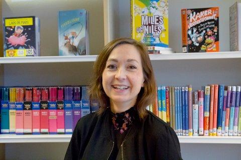 TRIVST: Bente Elisabeth Lund liker seg blant bøkene.  Ho ønsker at barn og unge skal få oppleve same lesegleda som ho hadde i oppveksten.