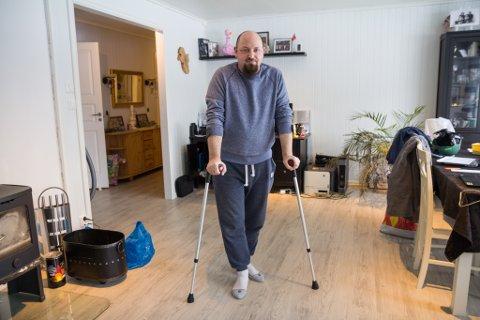 SJUKEMELD: David Alexander Myrer Olsen fekk ei kraftig lårhøne i høgre lår etter at han på snøbrett køyrde i foten til ein rail som låg under snøen på Jølster skisenter.