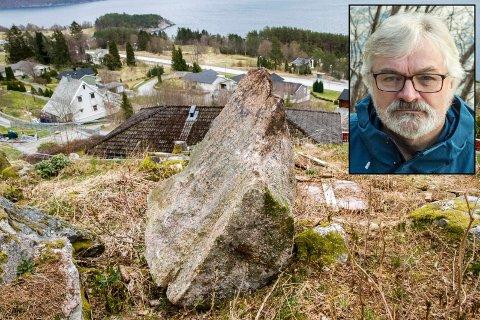 UTRYGT: Arne Ueland ber Høyanger kommune ta ansvar før lause steinar ovanfor bustadfeltet Haaland Nord på Kyrkjebø rasar ut og gjer skade.