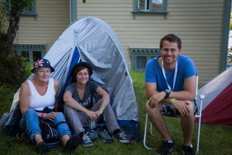 FRIVILLIGE: Berit Steine, Linn Steine og Geir Ove Eide Vågen jobba frivillig under Utkant-festivalen i sommar. Dei fortalde at det var god steming å jobbe som frivillig, og tipsa om å hugse myggspray.