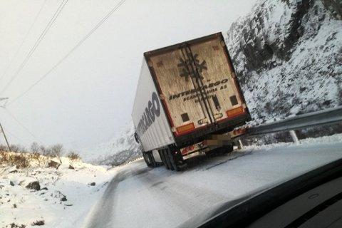 Ein trailer står fast på veg opp mot Magnhildskartunnelen på fylkesveg 614 onsdag føremiddag.