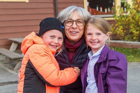 TRIVSEL: Vera Larsen saman med elevane Ingrid Leknes Årdal (6) og Emma Thune-Myklebust (7) på Slåtten skule i Førde.