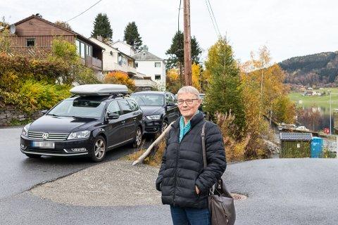 FARLEG: Hege Leivestad, og andre naboar på Steinen, har sett seg leie på korleis dei tilsette ved bu- og miljøtenesta parkerer. Dei meiner parkeringa skaper farlege situasjonar for både harde og mjuke trafikantar.
