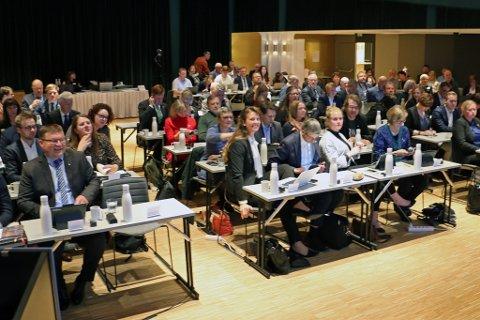 HISTORISK: Her er politikarane samla under det aller første fylkestinget i Vestland. Møtet kan du følgje direkte.