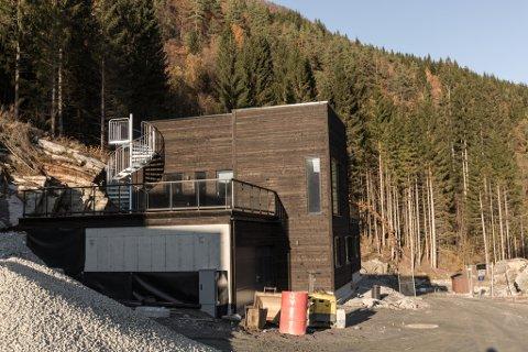 FEKK NEI: Marny Alice Solhaug Pettersen og Johan Pettersen har bygd seg nytt hus,men får ikkje flytte inn enno.