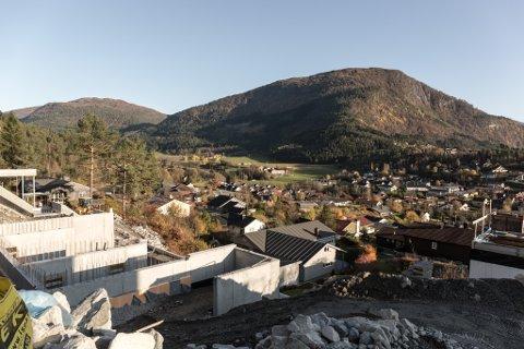 STORE VERDIAR: Etter at takstnemnda har vore på besøk i heile Sunnfjord kommune, vil grunnlager for kva ein kan krevje inn i eigedomsskatt auke kraftig. Bildet er frå det nye byggefeltet i Skyttarkvia i Førde.