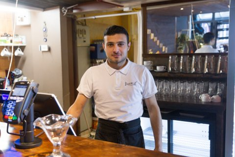 VIL SERVERE ALKOHOL: Ahmad Aldel (23) seier mange kundar etterlyser alkoholservering, og håpar no å få skjenkeløyve på restauranten sin.