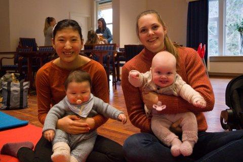 HAR VORE HER KVAR GONG I HAUST: Anett Horstad (f.v.) med sonen Marius Horstad Berge og Rakel Ullebust med dottera Ellinor Ullebust Andersen synest babysong er eit bra tilbod.