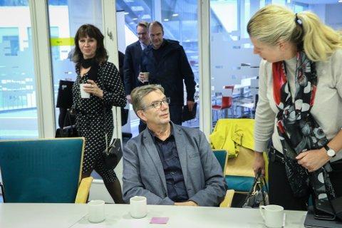 GRUVEPÅDRIVAR: Håkon Myrvang (Ap) fekk det utfallet han ønskte, då gruvesaka kom på dagsorden som Sunnfjord formannskaps aller første sak. Her er han i samtale med partifelle Siv Karin Hestad, som røysta mot å tilrå driftskonsesjon. I bakgrunnen Sps Jenny Følling og Oddmund Klakegg.