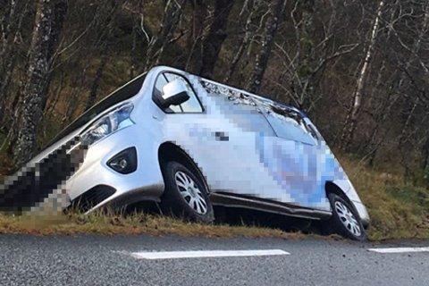UTFOR VEGEN: Denne bilen køyrde laurdag utfor vegen på ei rett strekke på fylkesveg 57 i Hyllestad.
