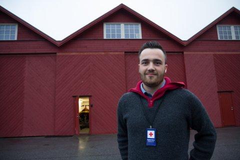 NYINFLYTTA: Stein Slettemark Skeide er leiar for hjelpekorset til Førde Røde Kors, her framfor naustet dei har kjøpt og flytta inn i.