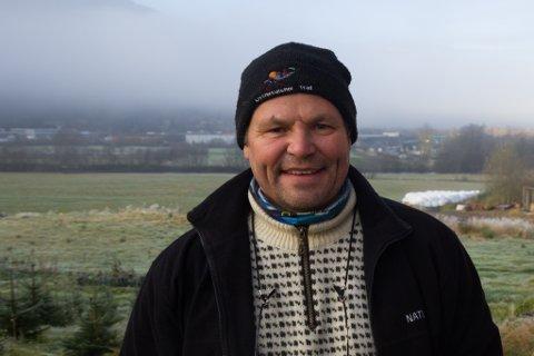 DYRKAR GRØNNSAKER: Ulf Rugumayo Amundsen drykar grønnsaker på Vie. – Prosjektet er i startfasen, seier han.