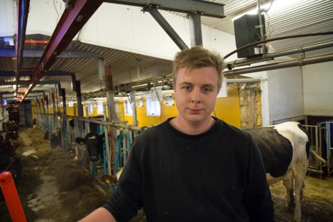 ARBEIDSKAR: Jon-Andrè Pileberg jobbar som avløysar på ein gard i Jølster.