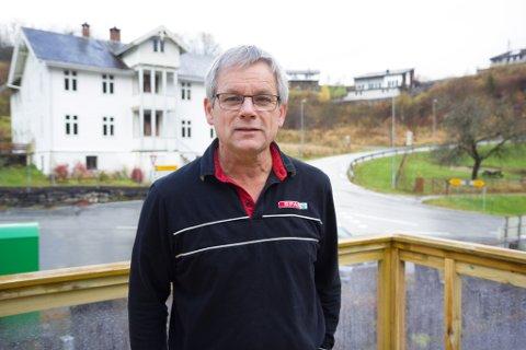 LAGAR HISTORISK KAFÉ: Olav Birkeland har arbeidd i fleire månader for å gjere klart kaféen i Spar-butikken i Bygstad. Her står han på den nybygde verandaen.