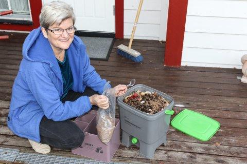 SPARER: Bjørg Sølivi Refvik komposterer med bokashi. Det sparer ho 410 kroner i året på. – Ein bør få opp støtta til dei som komposterer slik at fleire byrjar med det, seier Refvik.