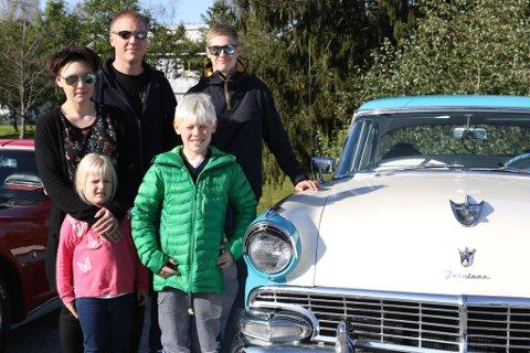 OVERRASKA: Lars Åge Hommedal bak t.v overraska saman med kona Gro Nes Hommedal, dottera Ingrid og sonen Sverre. Simen Andre Hommedal var også med for å overraske Lars Hommedal på hans 74-årsdag. Dei fekk med seg nærare femti bilar i kortesjen.