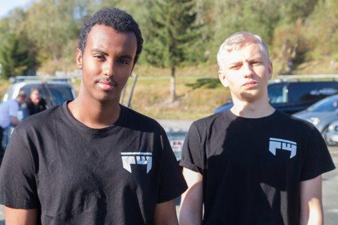 FRÅ BYEN: Mathias Thorsen (17) og Ayub Hassan (17) frå Bergen tok bussen frå Bergen til Breim for å delta på bLAN.