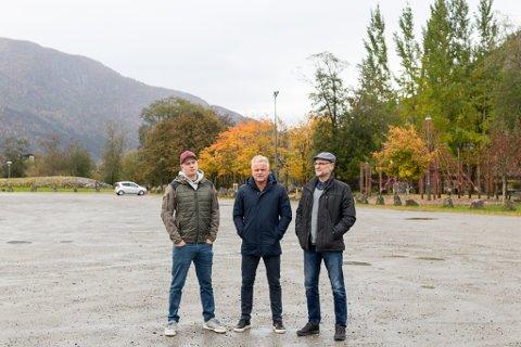 LØYSING: Ola Kristian Tenold, Rolf Sanne-Gundersen og Jonny Tjønn har saman med andre grunneigarar i sentrum sør laga eit notat med sine forslag til løysingar på parkeringsfloken i sentrum sør.