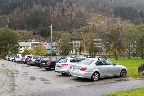 I BRUK I DAG: Utstillingsplassen blir allereie brukt som parkering.