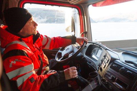 BERGAR: Arne Avsnes jobbar som ekstravakt hos Førde bilberging, og måtte til Naustdal denne måndagen for å hente ein bil med startproblem.