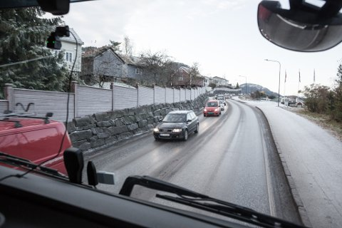SALTEBIL: Søndag var det fleire bilistar som klaga over glatt føre på E39 frå Vadheim til Lavik. Bildet er tatt til ein reportasje om Kjell Kleiven som køyrer saltebil for Mesta.