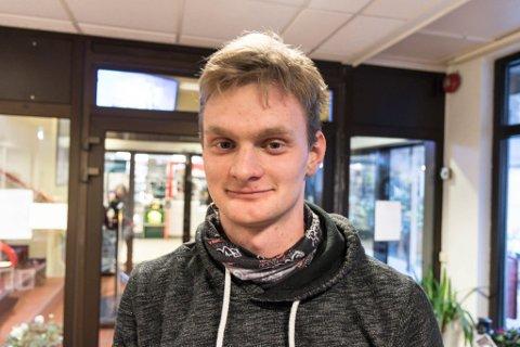 LÆRLING: Kjartan Solheim frå Leirvik er lærling og planlegg å bu i Hyllestad. Han er bekymra for framtida til kommunen.