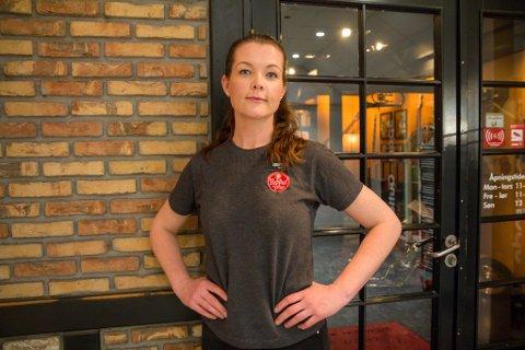 GLAD FOR Å JOBBE: Dagleg leiar på Peppes, Kristine Sand Johnsen, er takksam for kundane sine.