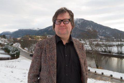 AKTUELL MED STYKKE: Finn Tokvam frå Flåm har gjort seg kjent som journalist, musikar og forfattar. Det nye stykket «Vestland, Vestland» blir hans første stykke åleine.