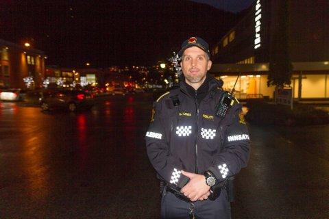 BRUK REFLEKS: – Vi ønskjer at alle skal bruke refleks for å gjere det tryggare for alle, seier UP-betjent Trond Hatlenes i Sunnfjord.