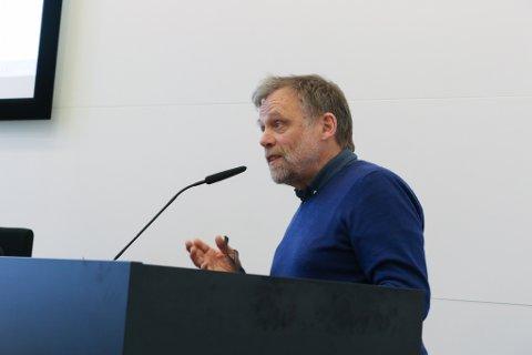 APPLAUS: Det er grunn til å gje Åsmund Berthelsen ein stor applaus for debatten han drog opp lønn til ordførar og varaordførar, skriv artikkelforfattaren.