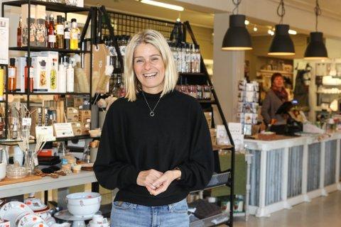 GLADE: Dagleg leiar og eigar Reidunn Elvebakk på glasmagasinbutikken Heim er svært glade for at dei har fått selskap av ein gullsmed i Øvregata. – Dette treng Sandane, seier ho.