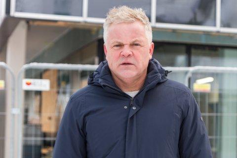 IRRITERT: Fembarnspappa og leiar i Sunnfjord Utvikling Rolf Sanne-Gundersen er irritert over at berre foreldre med barn fødd før 30. november 2019 har lovfesta rett til barnehageplass. Det same vil gjelde for hovudopptaket i vår.