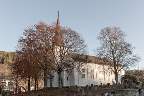 Kyrkjene i Norge stengde for første gong sidan mellomalderen, no opnar dei att 10.mai. Her frå Førde kyrkje.