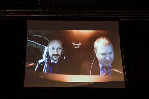 SVEVDE HØGT: Folk følgde spent med på storskjermen då Kronprinsen testa ut flysimulatoren. Roy Valvik fekk æra av å vere pilot.