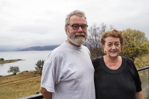 LOSNA: Einar Losnegård og Kjellfrid Bøthun bur åleine på øya. I bakgrunnen ser ein ferja. – Viss vi ringer ein halvtime før  ferja går frå Rysjedalsvika, kjem den innom, seier Kjellfrid.