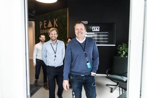 NYTT KONTOR: Her kjem DnB-gjengen ut av PEAK Sunnfjord sitt nye kontor.