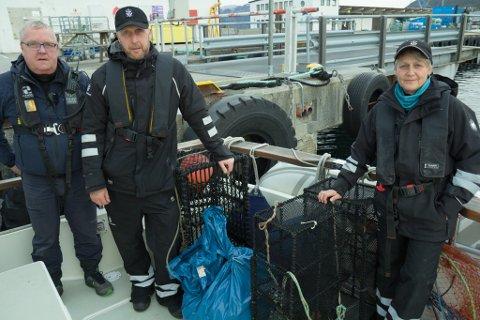 BESLAG:  Garn og teiner blei beslaglagd av kontrollørane i Førdefjorden. Frå venstre Stig Inge Hauge i Statens naturoppsyn, og Rudi Iden og Eli Merete Haugen i Fiskeridirektoratet.
