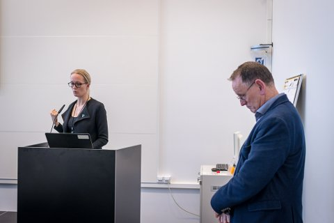 ALVOR: Kommunedirektør Ole John Østenstad og assisterande kommunedirektør Lise Mari Haugen delte på oppgåva med å presentere det krevjande budsjettet for Sunnfjord kommune.