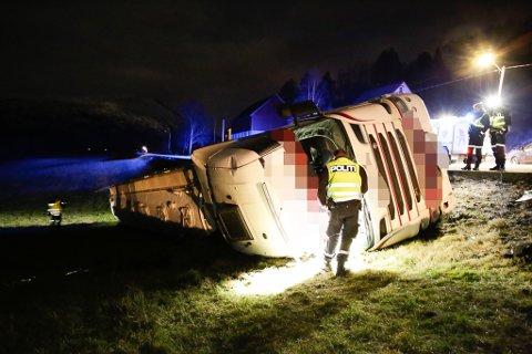 ULUKKE: Ein tankbil lasta med kalk velta på E39 ved Flølo i Gloppen, laurdag 14. desember 2019.