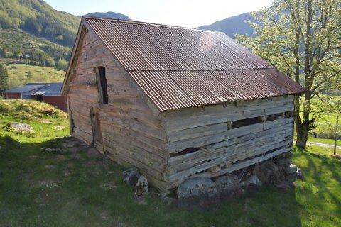 GAMMAL NOK? Dette bygget, bualoftet i Ytre Heggheim i Guddalen, viste seg å vere  472 år gammalt. Hadde det vore 483 år gammalt, ville det vore automatisk freda. No skal Riksantikvaren likevel telje på knappane og sjå om det skal fredast.