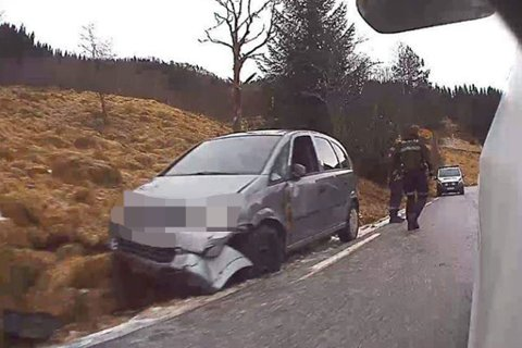 TYSSE I FJALER: Slik såg det ut då ein bil kom på glatta ved Tysse i Fjaler søndag. Fleire bilar fekk problem.