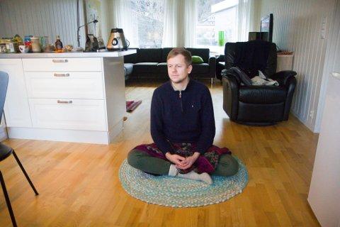 FRÅ KØBENHAVN TIL FØRDE: Michael Holm sjonglerer mellom jobbane som fastlege og yogainstruktør.