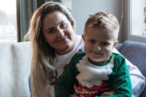 Aksel Langeland(4 år) har hatt kreft, men er no frisk. Her med storebror Jakob(6 år) og foreldra Anne-Lise og Frank Holmestrand Langeland, som bur på Sande