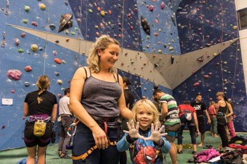 KLATREMUS: Annette Eri Norevik saman med sonen sin Agrim (6). Han hadde ikkje klatra i klatrevegg før, men han såg ikkje ut til å vere redd for noko som helst.