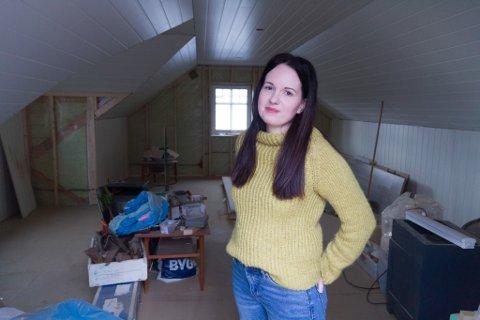 HER SKAL HO SELJE GARN: Linn Christin Fløholm (28) skal selje handtverksprodukt frå loftet sitt.