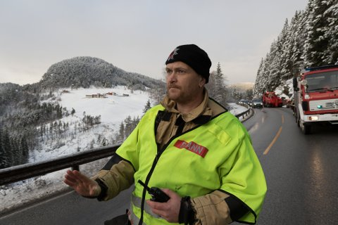 FARLEG PLASS: Røykdykkar og vikarierande innsatsleiar i Gaular Brann og Redning, Dag Skilbrei, fortel at det har skjedd fleire utforkøyringar på denne strekninga.