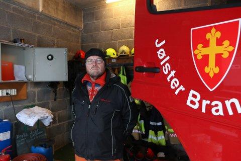 NØGD: Stig Tveit er talsmann for brannmannskapa i Jølster. Han er nøgd med overgangsordninga, men held fast på kravet om å oppretthalde dagens beredskap permanent.